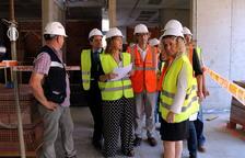 Plano general de la consejera|consellera de Justicia, Ester Capella, haciendo una visita de obras en el Palacio de Justicia de Tortosa.