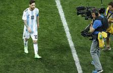 Leo Messi marxa del camp visiblement enfadat.