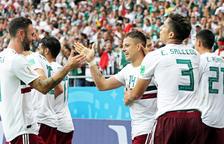 México celebra el gol de Chicharito.
