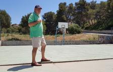 Una pista de baloncesto con peldaño: así juegan los jóvenes de La Móra