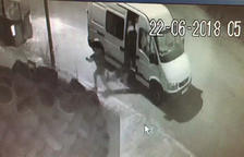 Captura de una imagen del vídeo donde se ve como un hombre abandona un perro al Vendrell.