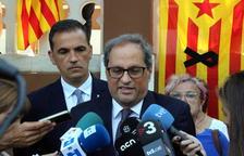 Plano corto de Quim Torra atendiendo a los medios de comunicación en Sant Feliu de Guíxols.