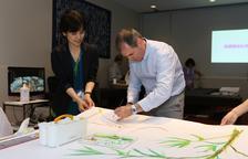 Los cuadros del alcoverenc Jordi Isern emocionan a una invidente japonesa