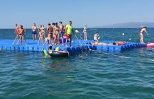 Las playas de Llevant y Ponent ya disponen de las plataformas flotantes