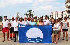 Las playas Llarga y Costa Daurada de Roda ya lucen las banderas azules