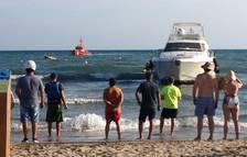 Un iot s'encalla en una platja de Salou