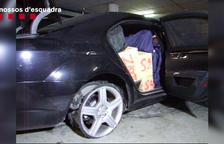 Un dels vehicles detinguts carregat de haixix