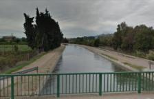 El lloc on ha caigut el vehicle i on la unitat subaquàtica dels mossos busca el conductor