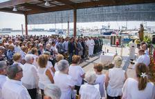 La imatge de la Mare de Déu del Carme presideix la missa de l'Armada al barri del Serrallo