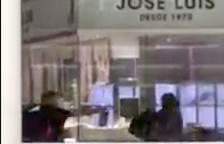 Momento en qué un mossos fuera de servicio saca su arma y apunta a uno de los ladrones.
