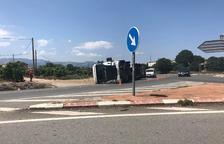Una camió ple de pinso ha bolcat a la rotonda dels nusos de Tortosa.