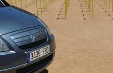 Imatge del cotxe que ha envestit part de les creus grogues a la plaça Major de Vic.