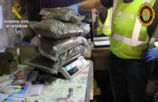 Se intervinieron 5.200 gramos de marihuana seca dispuesta para la venta, 693 gramos de hachís, 5.000 bolsas unidosis con autocierre, 4 básculas y 9.000 euros en efectivo.