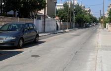 Una calle del barrio de la playa del núcleo en Segur de Calafell con plazas de aparcamiento de zona naranja.