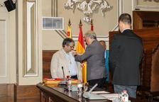 Nin en el mmet de rebre la credencial com a diputat per part del President d ela Diputació, Josep Poblet.
