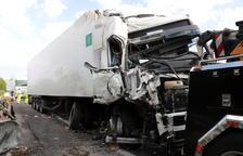 Imagen de uno de los camiones implicados en el accidente en la A-2, en Ribera d'Ondara.