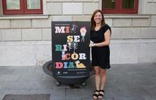 Laia Arriols, dissenyadora del cartell de les Festes de Misericòrdia 2018, junt a la seva creació.