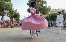 La gegantona Negrita estrena un vestido que recupera el vuelo original