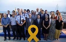 Imagen de los representantes del Gobierno y del Ayuntamiento de Alcanar con todas las personas y representantes de instituciones homenajeadas.