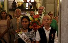Pla mig de dos infants en primer terme i de l'alcalde Josep Fèlix Ballesteros en el moment de l'ofrena floral a Sant Magí.
