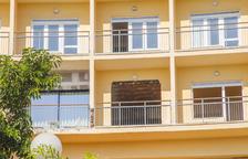 Imagen exterior del antiguo Hotel Imperial Tarraco y la valla perimetral que rodea el solar.