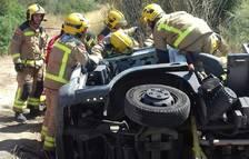Evacuan en estado grave al conductor de un camión que ha volcado en la C-12 en Tivissa
