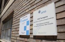 Plano medio de las placas del Centro de Atención y Seguimiento de Drogodependencias (CAS) de Tarragona.