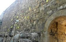 Imagen de los lazos amarillos colocados en la Muralla de Tarragona.