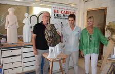 Josep Fèlix Ballesteros, Elvira Ferrando y Joan Serramià con una de las figuras del carillón.