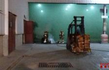 S'incendia un palet carregat de caixes de medicaments en una indústria de Constantí