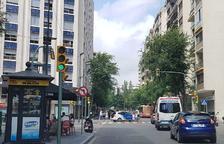 Un despreniment de façana en un edifici obliga a tallar dos carrils a Prat de la Riba
