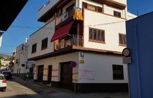 Apareixen diverses banderes espanyoles en una façana d'una casa de la Ràpita