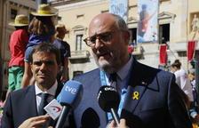 El portaveu adjunt de Junts per Catalunya, Eduard Pujol, atenent els mitjans de comunicació des de les festes de Santa Tecla.