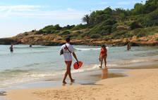 Creu Roja atén a vuit persones per cop de calor a la platja de l'Arrabassada