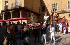 La processó del Roser anima el matí dominical al barri de la Part Alta