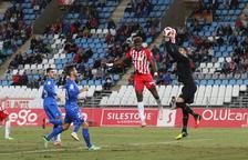 Pol Freixanet atrapa una pilota davant de l'oposició del davanter local Sekou. El meta va ser un dels millors dels de la capital del Baix Camp.