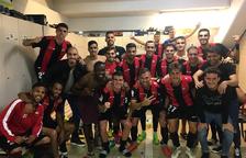 Los jugadores del CF Reus cierran filas y celebran juntos la victoria en el Estadi