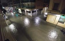 La calle Reial inundada durante las últimas lluvias del 14 de octubre, causadas por los restos del huracán Leslie.