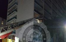 Els Bombers van accedir al pis amb una autoescala.