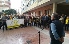 Ton Gené dirigeix unes paraules a les persones concentrades a la plaça dels Castellers.