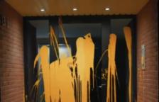 Membres del col·lectiu han llançat pintura groga a la porta d'un habitatge.-