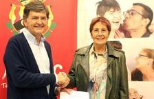 El president del Nàstic, Josep Maria Andreu, ha fet l'entrega dels diners a la presidenta de l'Associació, Rosa Maria Rizo.