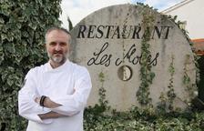 Jeroni Castells, en las puertas de su restaurante Les Moles de Ulldecona.