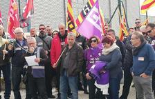 Un centenar de treballadors de PGI es concentren per defensar el seu conveni tèxtil