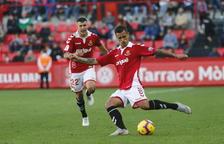 Javi Márquez intenta una pasada con pierna izquierda durante el Nàstic-Almería