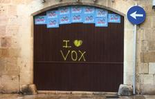 Apareixen pintades a favor de Vox a la Part Alta