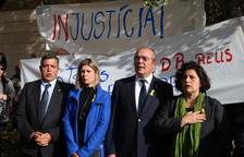Tres dels portaveus investigats i l'alcalde, cantant 'Els Segadors' a la sortida del jutjat de Reus.