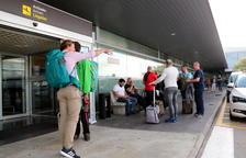 Turistes amb maletes a la porta de l'Aeroport de Reus.