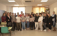 Veinticinco personas hacen un curso de monitor de comedor escolar en Constantí