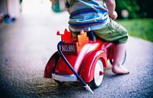 Imagen de un niño con un juguete nuevo.
